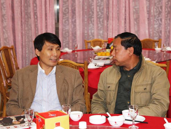 神农庄园酒店副总经理丁海涛先生(右),著名影视演员杜旭东先生(左)